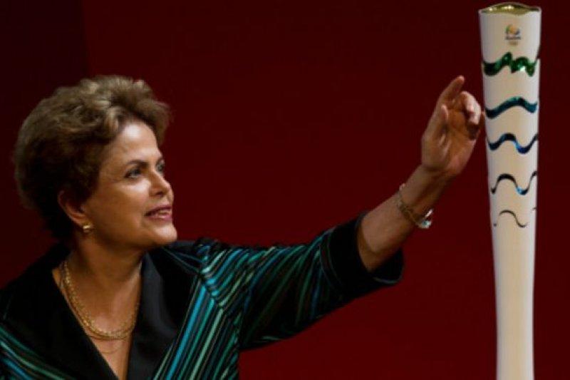巴西總統羅賽芙公布了2016年里約奧運會的火炬設計樣式。(BBC中文網)