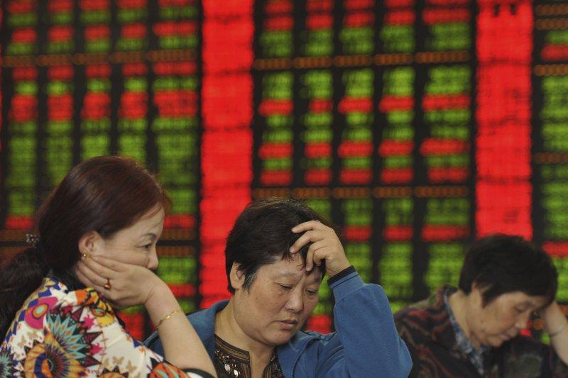 中國股市暴跌引發的副作用之一,是上市民企經營、融資日益困難,因質押瀕臨斷頭,紛紛被迫引進國有資金,導致明顯的「國進民退」現象。(圖片來源;美聯社)