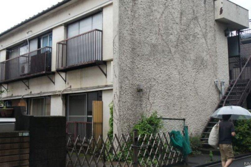 在東京市中心的住宅區,這種簡陋公寓就是生活困苦的居住者群居的租屋(BBC中文網日本特約記者童倩攝)。