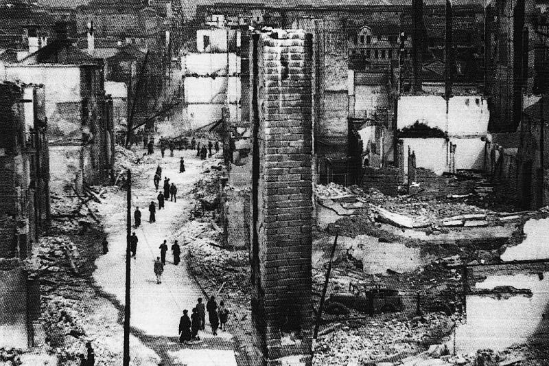 日軍轟炸後,重慶市區滿目瘡夷。(國史館提供)