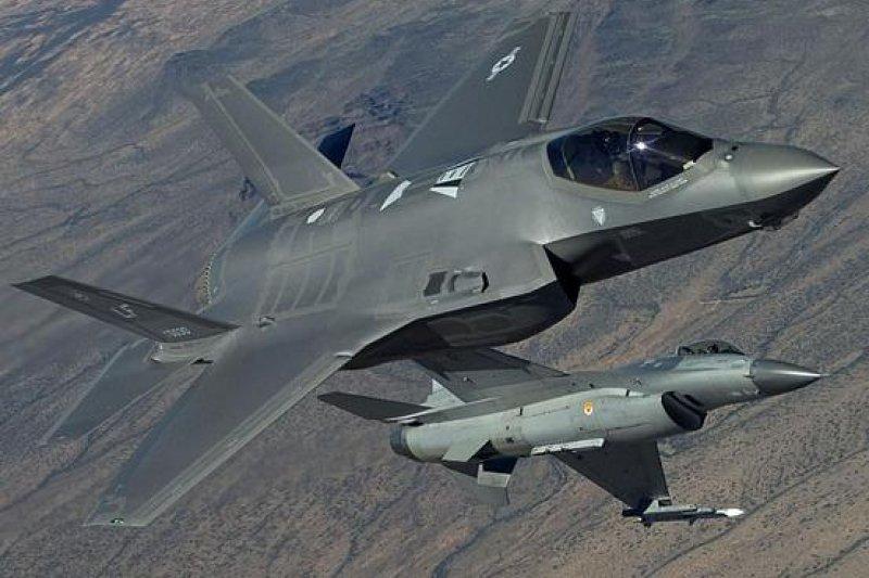 日前出版的F-35近戰測試報告中,被美軍寄予厚望的新一代戰機表現令人失望。(取自推特)