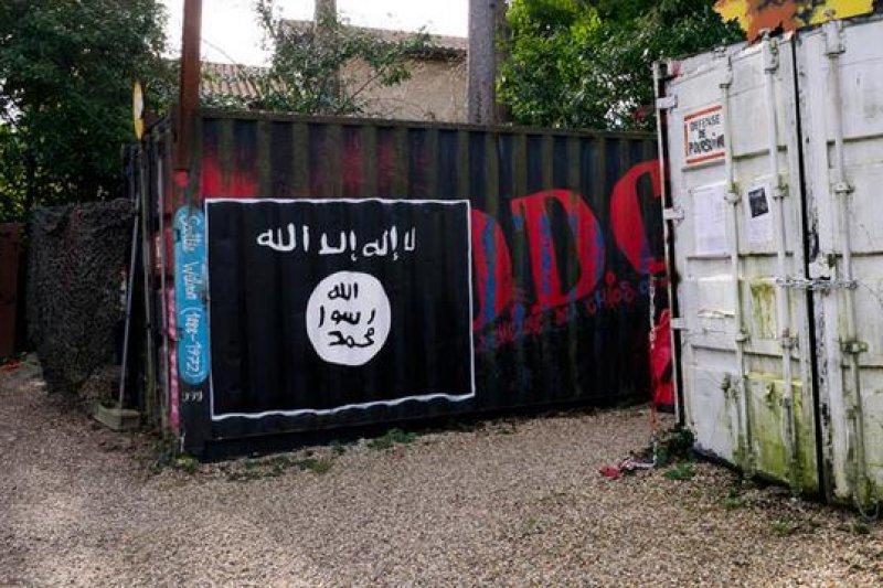 俄羅斯的高加索地區已出現伊斯蘭國的黑旗。(取自推特)