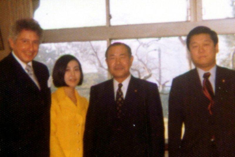 田中角榮(左3)與美國傳奇科學家Stanford Robert Ovshinsky合影,右1為田中政壇弟子小澤一郎。photo credit:wikimedia