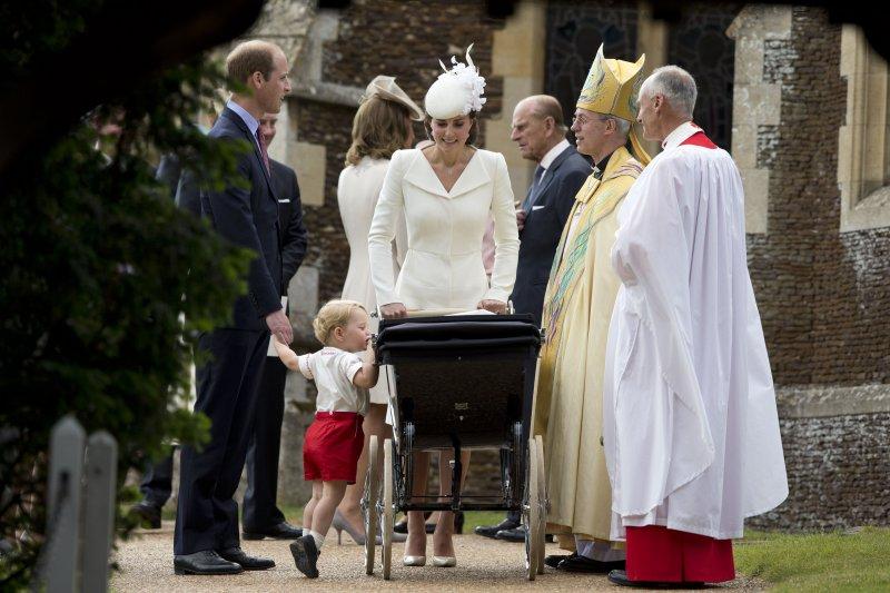 英國劍橋公爵夫婦與喬治王子6日出席夏綠蒂公主的受洗儀式。(美聯社)