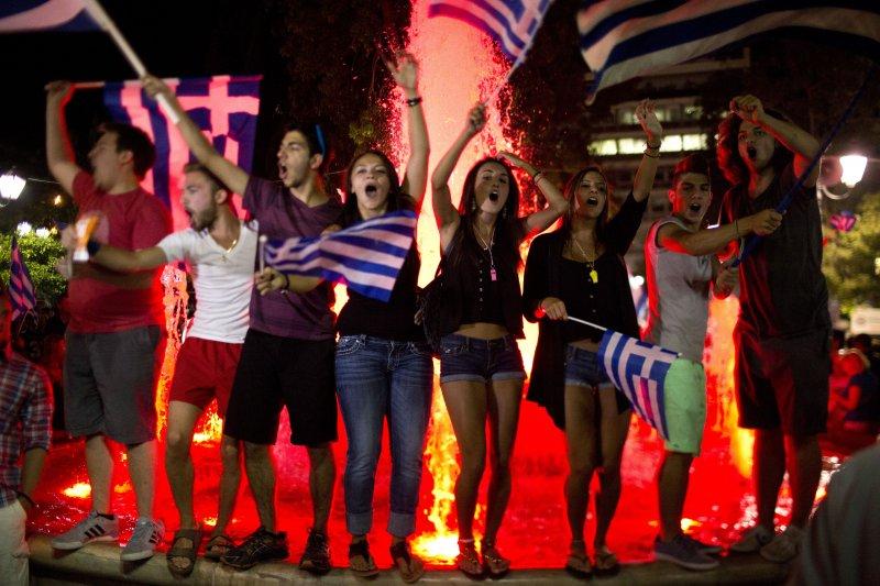 希臘憲法廣場前支持拒絕方案的選民。(美聯社)