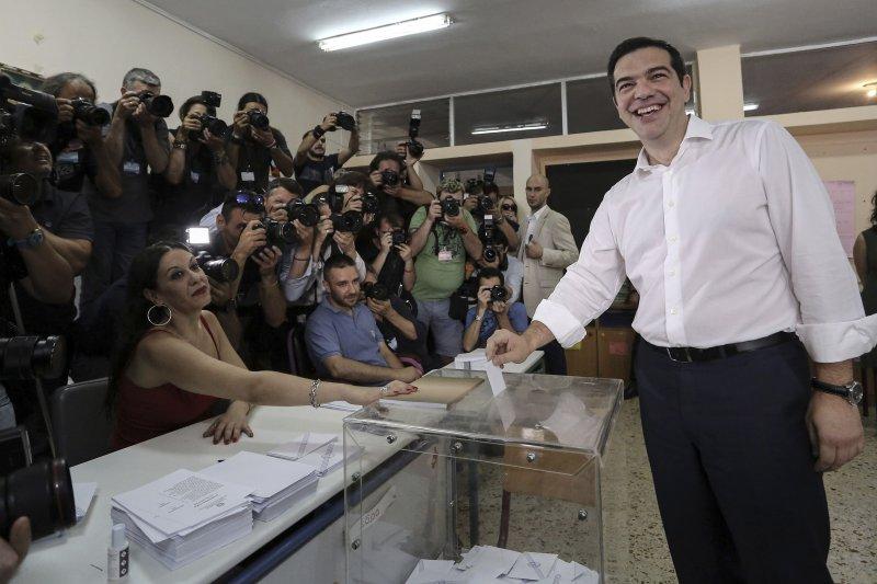 希臘總理齊普拉斯5日投票。(美聯社)