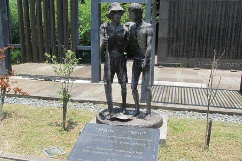 這座塑像叫做朋友(Mates),象徵的是當年戰俘彼此扶持共度難關。(BBC中文網圖片)