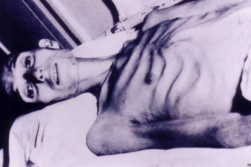 這是英軍士兵雷斯利(Harry Leslie)離開戰俘營時金瓜石的相片。(BBC中文網)