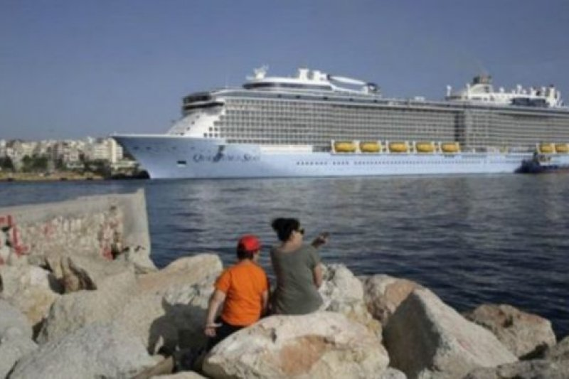 每年都有大量的英國人前往希臘旅遊度假。(BBC中文網)