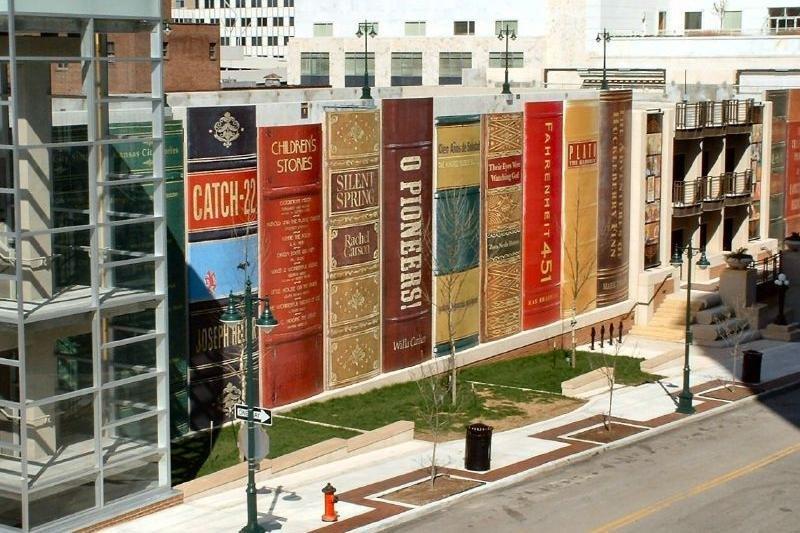 美國密蘇里州「堪薩斯城公共圖書館」 (Kansas City Public Library) 停車場外觀為堪薩斯居民推薦圖書,構思巧妙。(圖/取自David King/flickr)