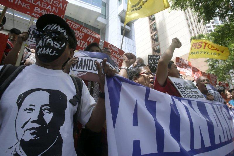 菲律賓與中國在南海頻生爭端,首都馬尼拉的民眾在中國領事館前面抗議。(美聯社)