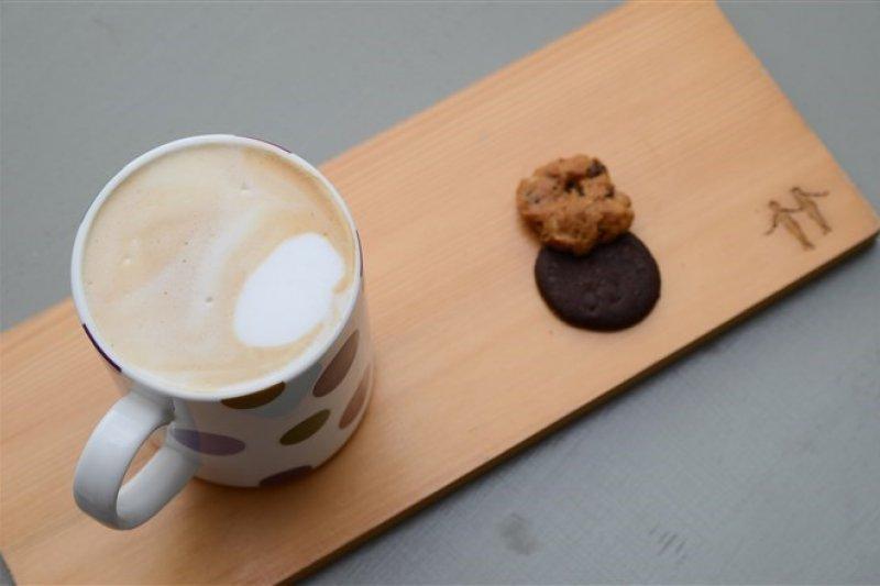 咖啡內含蔗糖,喝起來應該是甜的(圖/欣傳媒)