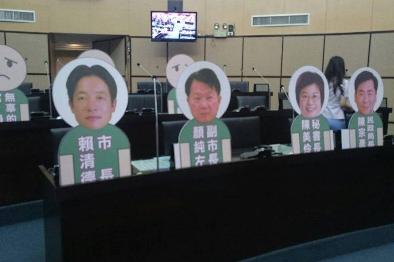 台南市長不來,市議員只好自製人形看板質詢。(圖片來源:今日大話新聞)