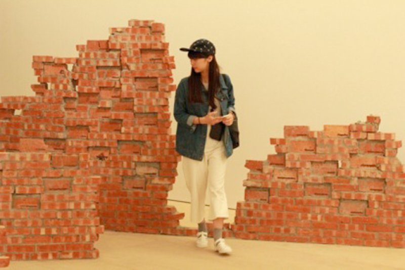 北美館裡砌起的磚牆,具象了牢不可破的體制(圖/呂映樓)