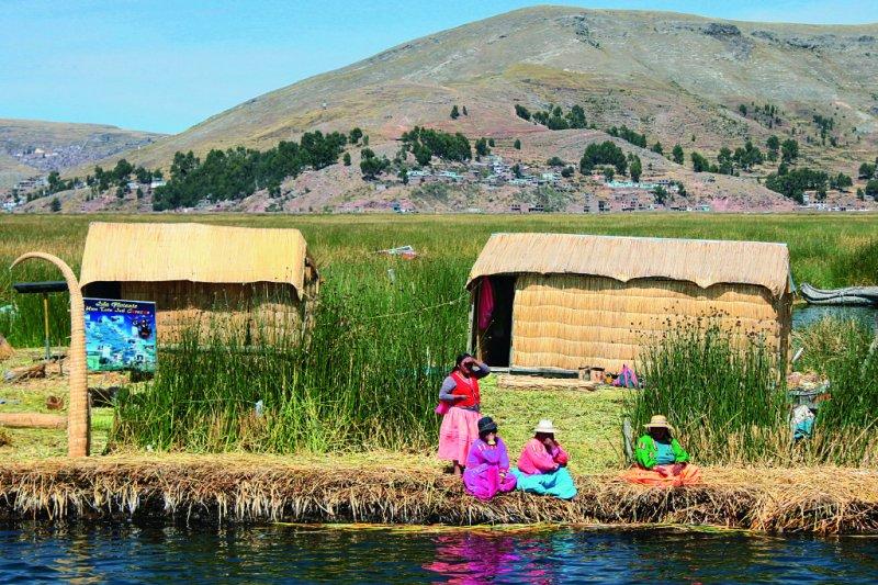 一片金黃色的蘆葦島上,穿著彩色傳統服裝的婦女份外耀眼。(圖/啟動文化)