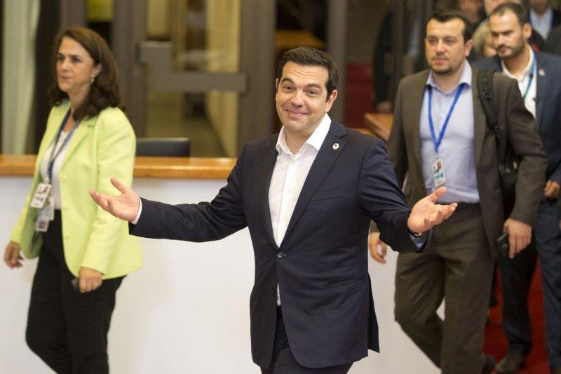 希臘總理齊普拉斯出席歐盟成員國領導人峰會,故做輕鬆狀。(美聯社)