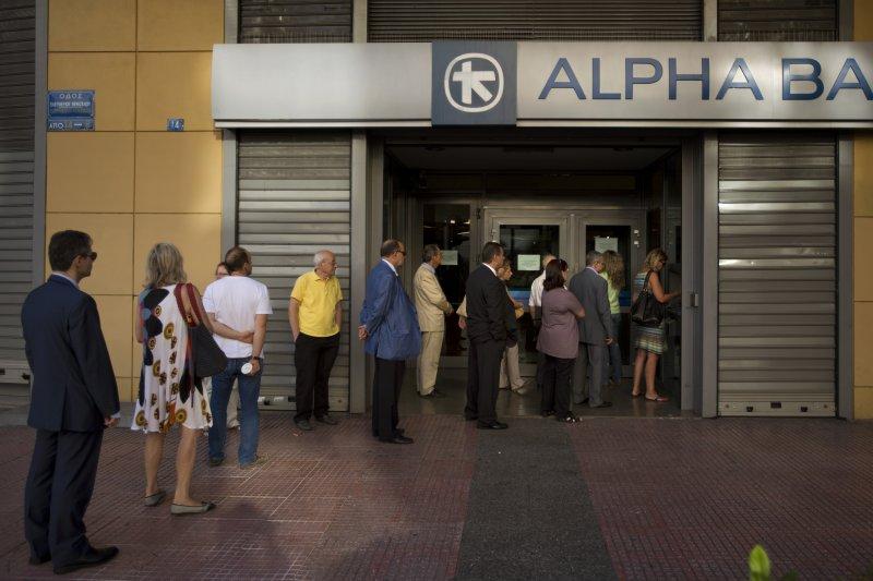 希臘紓困公投向債權國紓困計畫說NO,但由於現金短缺,民眾仍在ATM前大排長龍。(資料照,美聯社)