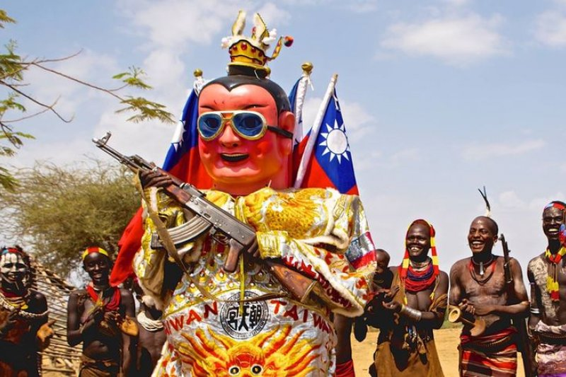 背著厚重的三太子像,吳健衡要帶著台灣走遍全世界。(取自台灣三太子臉書)