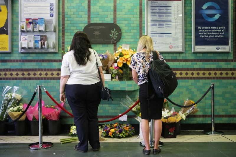 英國民眾在地鐵站放置鮮花,悼念10年前在死罹難的同胞。(美聯社)