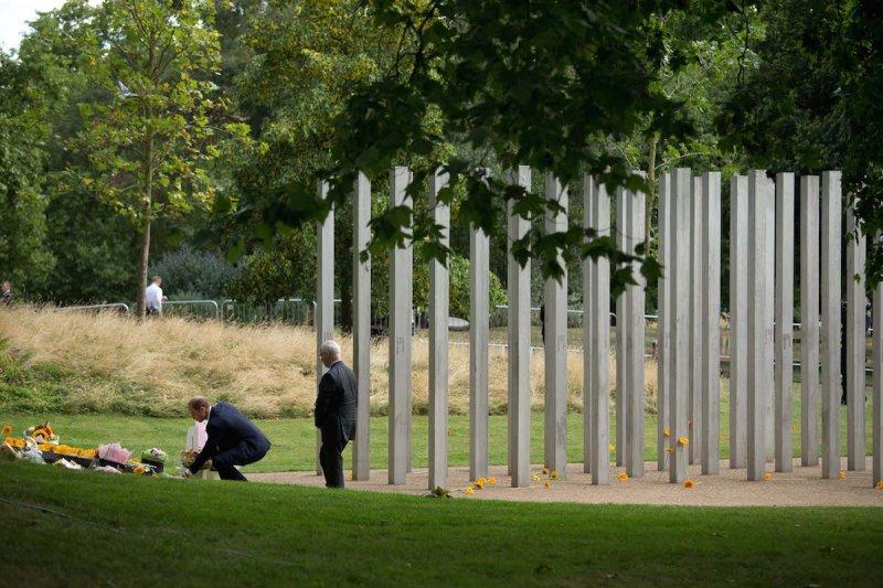 在海德公園悼念爆炸案死者的民眾。(美聯社)