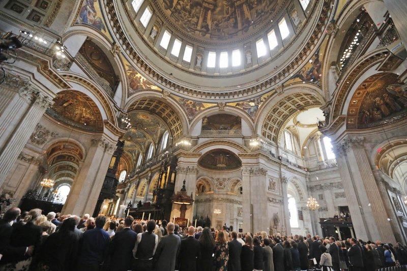 聖保羅大教堂7日舉行默哀儀式,52名受害者的姓名被一一念出。(美聯社)