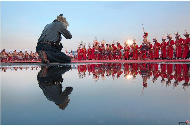 豐年祭經常發生遊客擅闖儀式拍照等事件,造成部落居民不滿。圖中人物與本事件無關。(取自www.pse100i.idv.tw)
