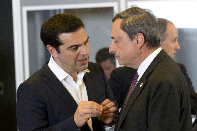 希臘總理齊普拉斯(左)與歐洲央行總裁德拉吉(美聯社)