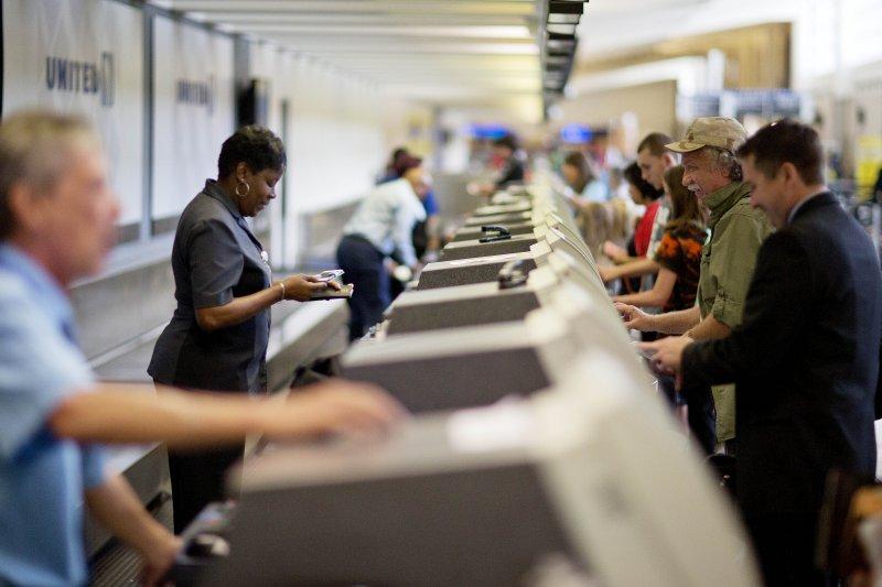 聯合航空所有航班8日一度停飛,造成大批旅客受到延誤。圖為亞特蘭大哈茲菲爾德-傑克遜機場的聯合航空櫃檯。(美聯社)
