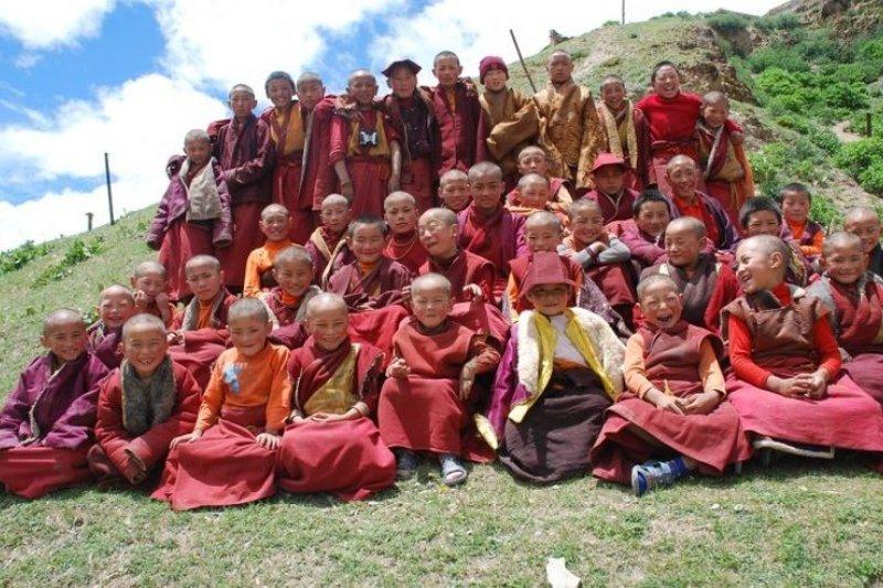 四川省西部地区甘孜藏族自治州德格縣有六万康巴藏族人。圖為康巴藏族小喇嘛。(取自雜嘎托寺官網)