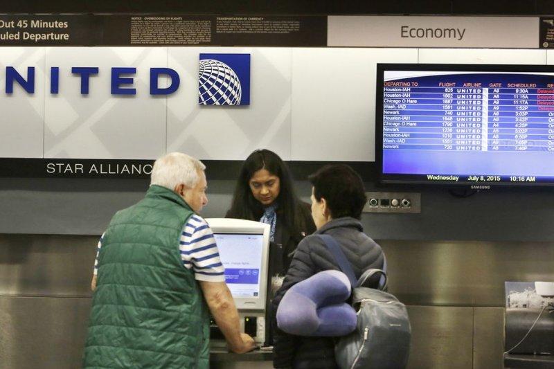 美國聯合航空因強拖旅客下機,遭到全球輿論抨擊(美聯社)