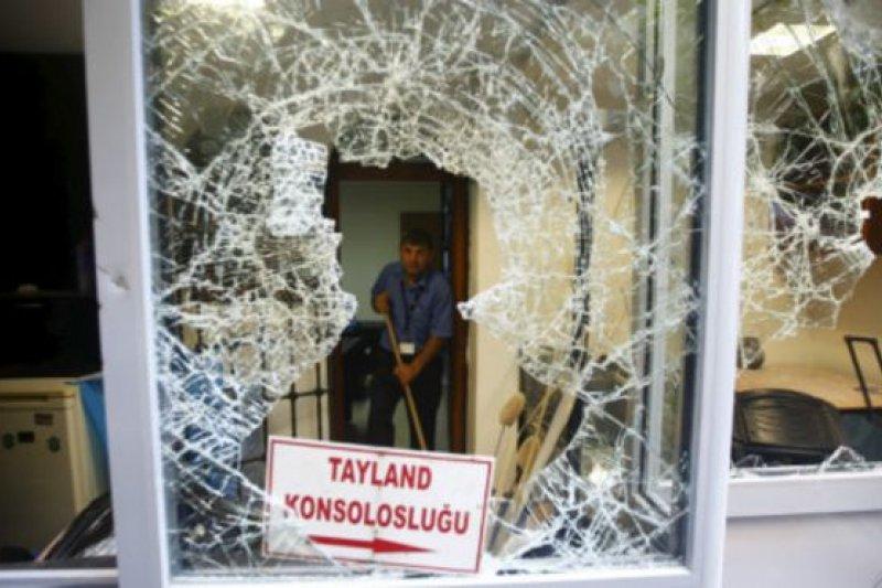 土耳其示威者8日夜晚砸碎了泰國駐土耳其伊斯坦堡領事館的窗子。(BBC中文網)