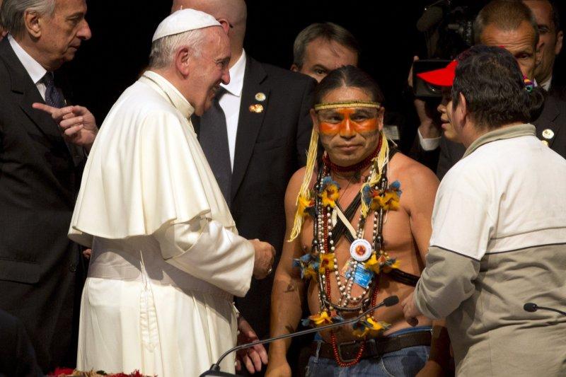 教宗方濟各(左)9日出席玻利維亞人民運動會議。(美聯社)