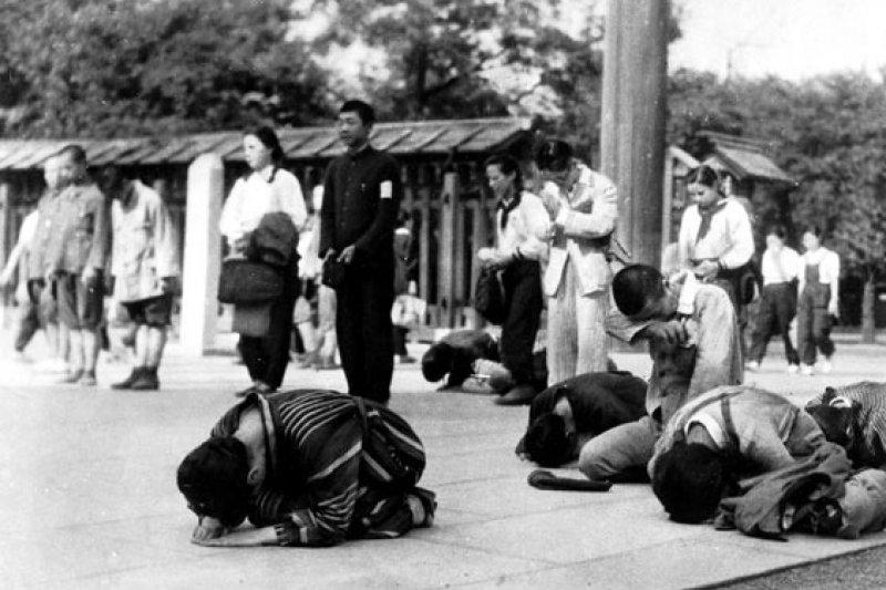 聆聽「天皇玉音」的日本國民,這張照片中有人近乎五體投地,有人則是昂首以對。
