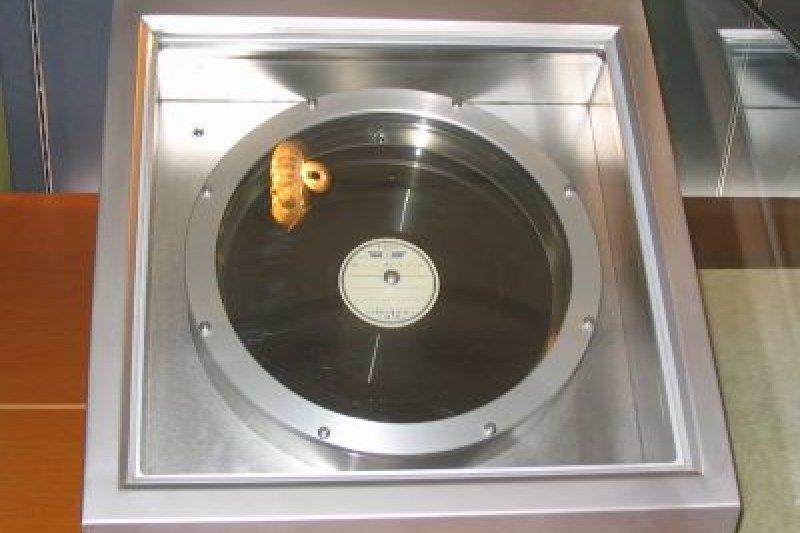 收藏於NHK放送博物館的「玉音盤」,館方慎重地以氮氣充填的透明箱進行展示。(維基百科)