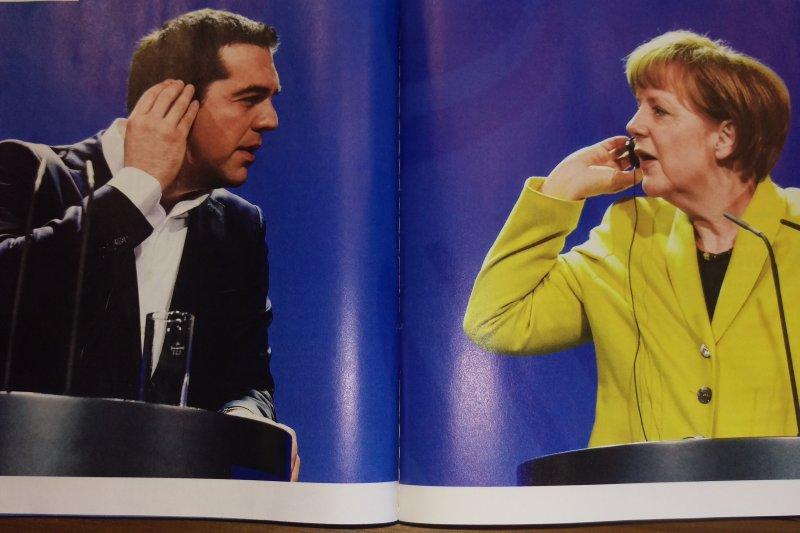 齊普拉斯訪德,與梅克爾記者會上,兩人都摸著翻譯機露出疑惑的表情。(翻拍自雜誌)