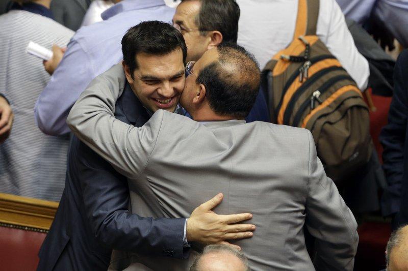 齊普拉斯與閣員歡慶改革方案獲國會同意。(美聯社)