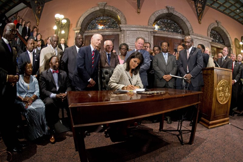 南卡羅來納州移除邦聯旗,州長海莉9日簽署相關法案。(美聯社)
