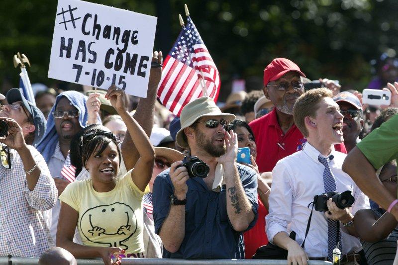 南卡羅來納州10日正式移除邦聯旗,許多民眾在場觀禮。(美聯社)