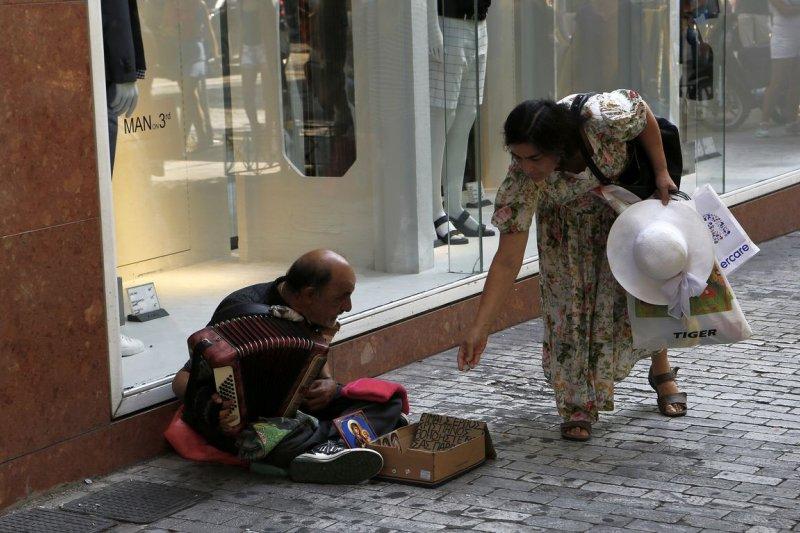 希臘的街頭藝人(美聯社)
