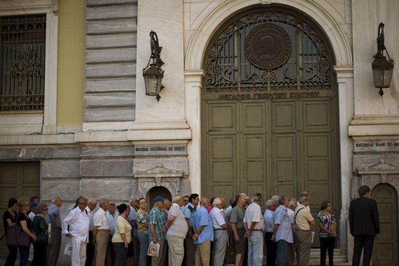 希臘退休族在銀行外大排長龍,領取年金(美聯社)