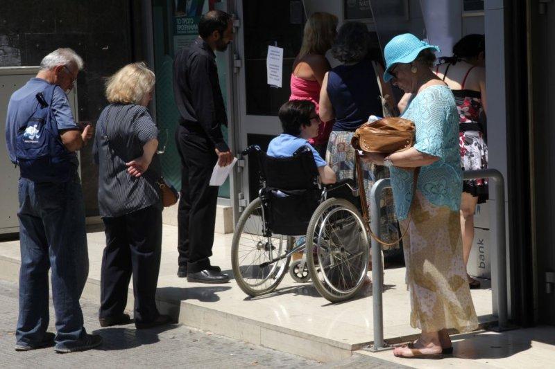 希臘民眾在銀行外排隊提款,一天最多60歐元(美聯社)