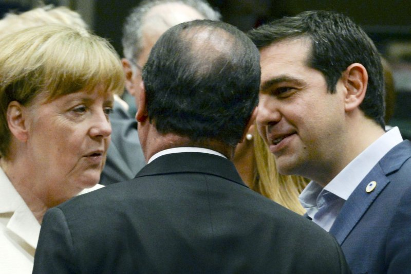 德國總理梅克爾(左)、法國總統歐蘭德(中)與希臘總理齊普拉斯(右)。(美聯社)