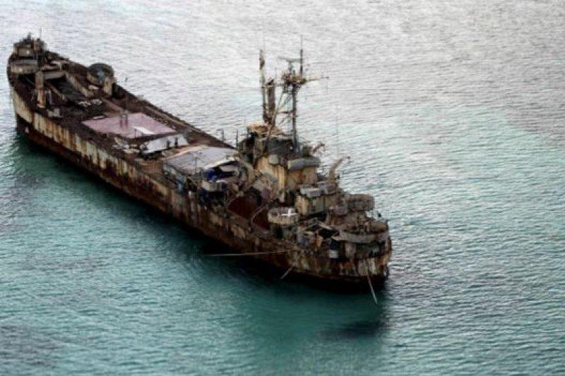 菲律賓於1999年把海軍坦克運輸艦「馬德雷山脈號」擱淺於仁愛礁以宣示主權,是高明的一招。(資料照,BBC中文網)