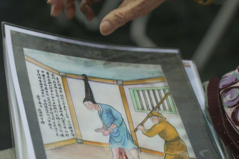 20150715-013-「鏡頭下的白色人生第2輯,人權博物館紀錄片成果發表」記者會,張常美與丈夫歐陽劍華的繪畫-余志偉攝.jpg