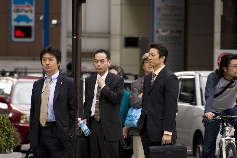 不論寒暑,長袖西裝永遠是日本上班族四季不變的選擇(圖/flickr@ Chris Gladis)