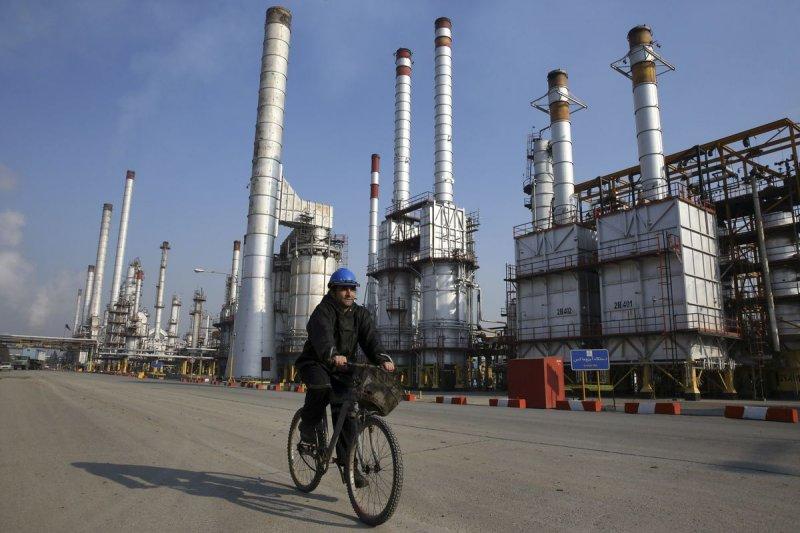 美國將撤銷自伊朗進口石油的豁免令,意圖透過進一步的經濟制裁,促使人民反政府情緒升高,達到讓伊朗情勢不穩、甚至革命,再坐收漁翁之利的效果。(資料照,美聯社)