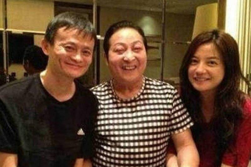 王林(中)與馬雲(左)和趙薇(右)合照。(圖片取自央視網)