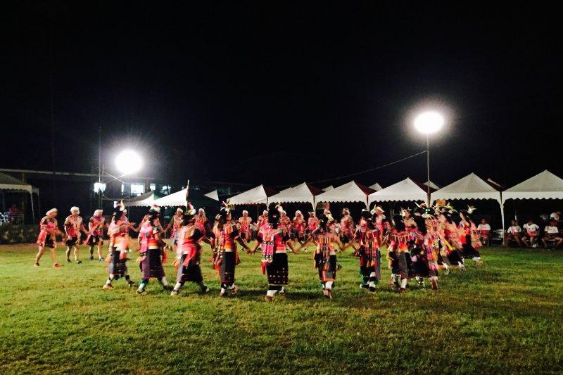 穿著傳統服飾,手交叉拉著手,腳隨著節奏或踏或點,是阿美族的傳統基本舞步。(圖/林綺珊)