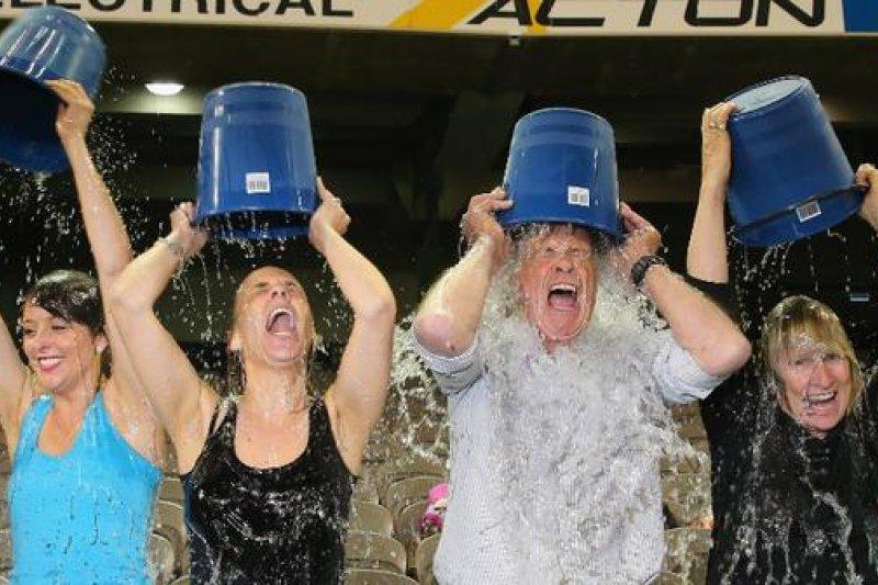 近來「踢瓶蓋挑戰」的盛行,讓人回想起當初「冰桶挑戰」的全球轟動。(資料照,取自推特)