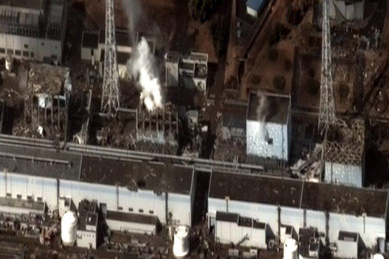 福島第一核電廠災變後的衛星影像。由右至左分別是嚴重損壞的1至4號機。(維基百科)